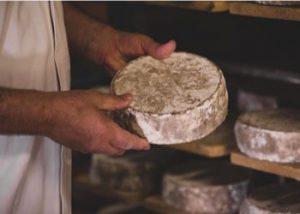 fromage dans les mains d'un caviste