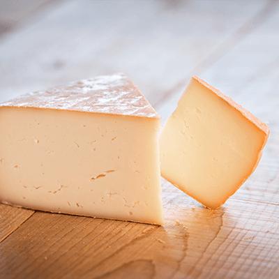 Morceaux de fromage raclette de brebis