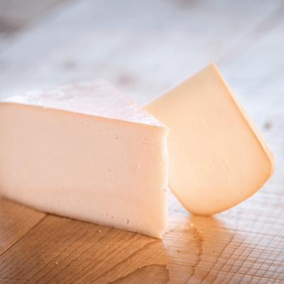 Morceaux de fromage raclette de chèvre