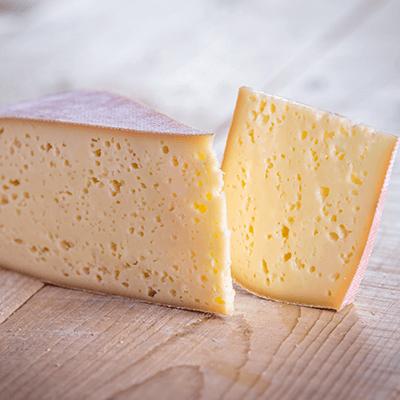 Morceaux de fromage raclette de montagne