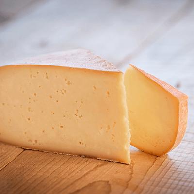 Morceaux de fromage raclette de Savoie IGP