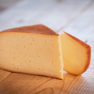 Morceaux de fromage raclette fumée