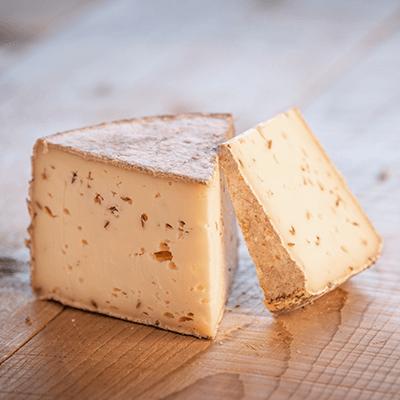 Morceaux de fromage tomme au cumin