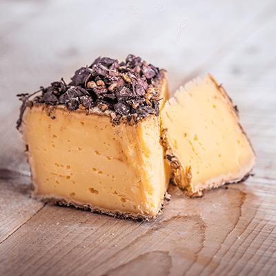 Morceaux de fromage tomme au marc de raisin