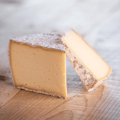 Morceaux de fromage tomme des montagnes