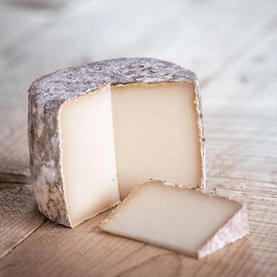 Morceaux de fromage tomette de brebis