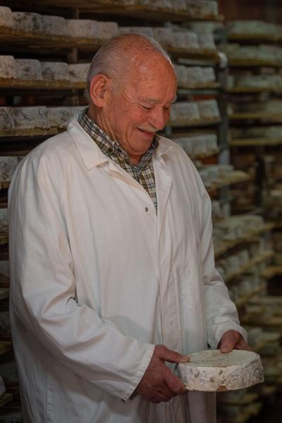affineur dans une cave d'affinage de fromages